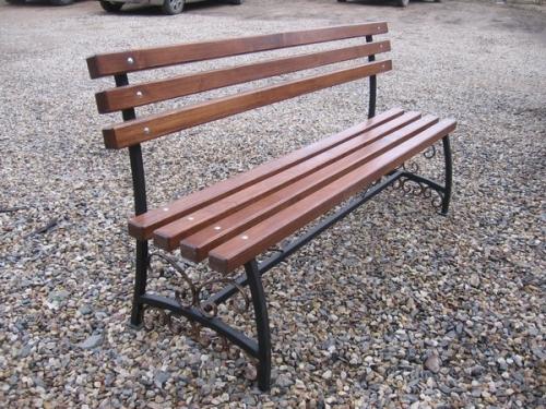 скамейка с коваными элементами