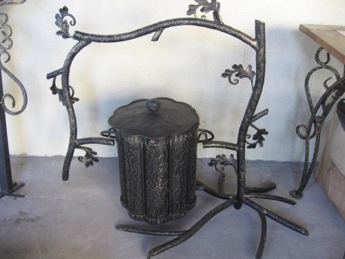 емкость для мусора, стилизованная под дерево