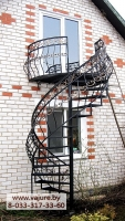 Балкон и винтовая лестница на улицу