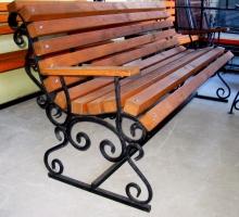 скамья с коваными элементами