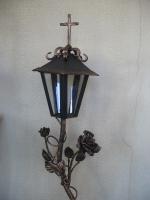 фонарь кованый с обрамлением из роз