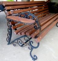 скамейка кованая с подлокотниками и полочками для напитков